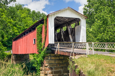 yesteryear: Also known as the Hildreth Covered Bridge or Lafabers Mill Bridge, the historic Hills Covered Bridge crosses the Little Muskingum River near Marietta in Washington County, Ohio. Stock Photo