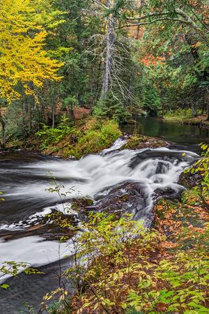 hemlock: el oeste de la península superior de Michigan es el hogar de cientos de cascadas incluyendo Jumbo Falls, una cascada situada en un bosque antiguo hermoso.