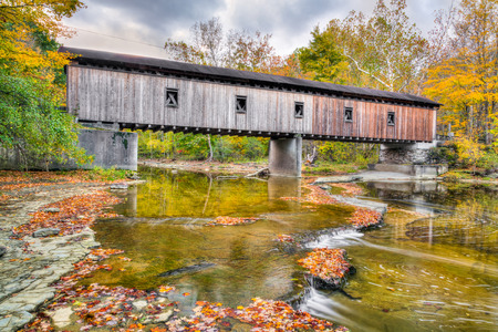dewey: The Olin or Dewey Road Covered Bridge, built in 1873, crosses the Ashtabula River in rural northeast Ohio. Stock Photo