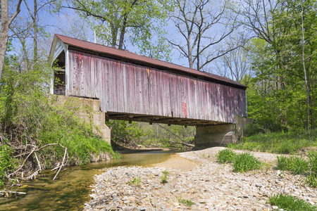 yesteryear: Built in 1917, Indianas Marshall Covered Bridge crosses Rush Creek in rural Parke County, Indiana. Stock Photo