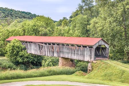 1887 年に建てられ、オハイオ州のノウルトン屋根付き橋は、モンロー郡の農村に小さなマスキンガム川を交差させます。