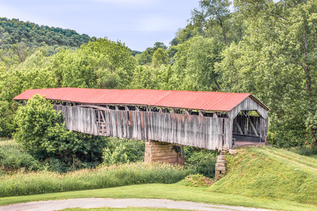 river county: Built in 1887, Ohios Knowlton Covered Bridge crosses the Little Muskingum River in rural Monroe County. Stock Photo