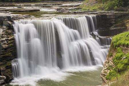 Genesee 강은 뉴욕의 레치 워스 주립 공원 (Letchworth State Park)에있는 폭포 인 Lower Falls를 따라옵니다.