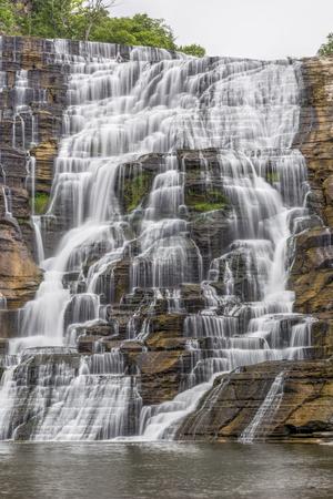 이타카 폭포 (Ithaca Falls)는 인상적인 뉴욕 폭포수로 폭포가 여러 개있는 계단을 갖추고 있습니다. 스톡 콘텐츠