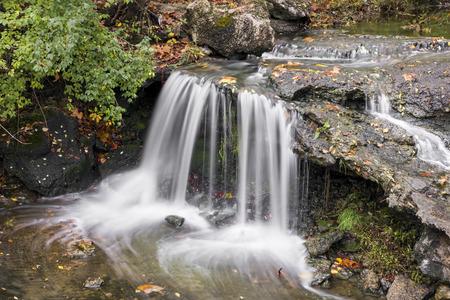 小さな滝オハイオ州イングルウッドで岩が多い棚以上の急落します。 写真素材
