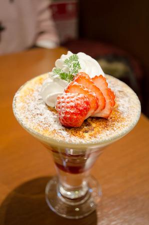 parfait: parfait pudding with strawberry