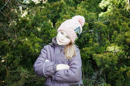petite fille triste: Solitaire malheureuse fille de b�b�, les bras crois�s regardant c�t� saison froide Banque d'images