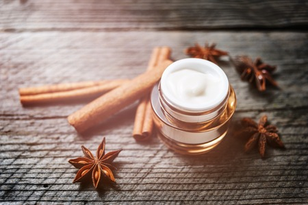 オーガニック クリーム、顔や体にローション。美容健康と若々しい肌のためのナチュラルケア。エコ化粧品。