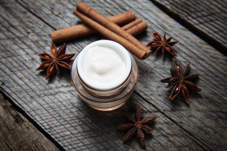 cremas faciales: cremas, lociones orgánicos para el rostro y el cuerpo. cuidado natural para la salud y belleza de la piel joven. cosméticos ecológicos. Foto de archivo