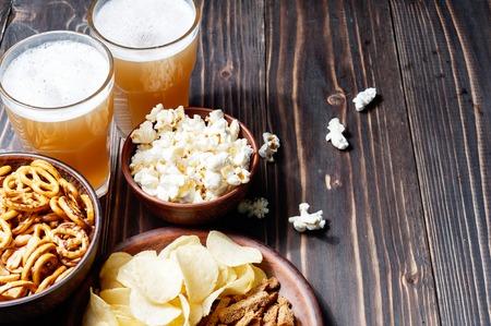 Bier mit Brezeln, Salzstangen und Kartoffelchips. Von oben gesehen mit copyspace Standard-Bild - 78070093