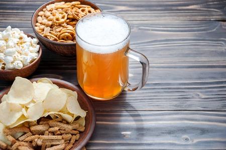 Bier mit Brezeln, Salzstangen und Kartoffelchips. Von oben gesehen mit copyspace Standard-Bild - 79896398