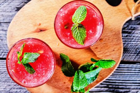 Watermelon Mojito with Watermelon Garnish on wooden table Banque d'images - 131870853