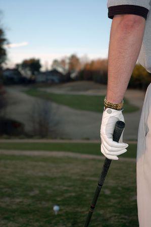 フェアウェイを見ているゴルファー