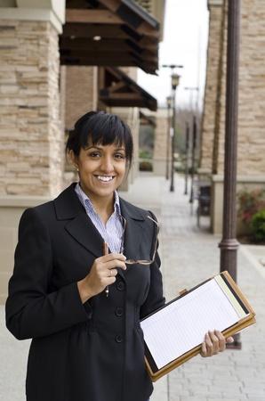 the job site: Business woman ispezionando un sito recente lavoro