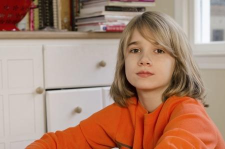 preteen boy: Jeune pr�-adolescent gar�on assis sur e EFLOOR