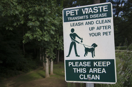 Pet waste sign reminding owner to clean up after their pets Stok Fotoğraf
