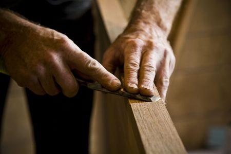 Nahaufnahme des Menschen tun Zimmermannsarbeiten. Horizontal eingerahmte Schuss.