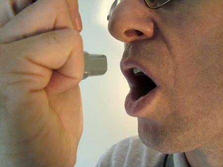 asma: Paciente alrededor a inhalar en la medicaci�n del asma