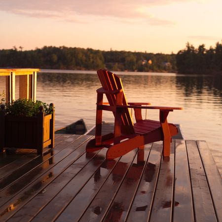woods lake: Lago dei Boschi Ontario Canada, la sedia vuota sul bacino Archivio Fotografico