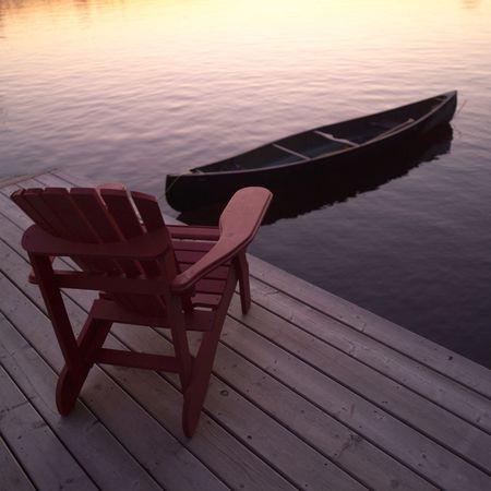 sedia vuota: Lago dei Boschi Ontario Canada, la sedia vuota e canoe Archivio Fotografico
