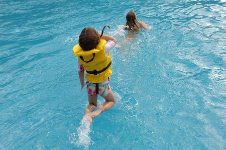 Lifestyle Maui, Mädchen spielen in Pool