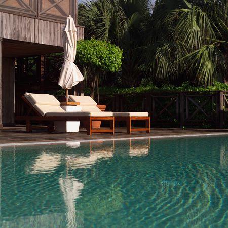 turks: Parrot Cay, en el Sal�n de sillas al lado de la piscina