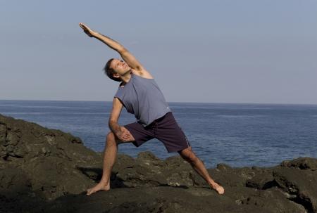 lunges: Hombre haciendo yoga