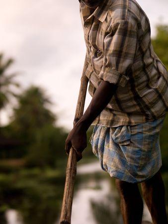 背水、ケララ州、南インドの彼のボートを漕ぐ人 写真素材 - 5296830