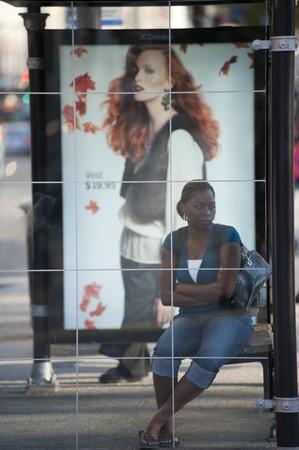 fermata bus: Donna in attesa alla fermata di autobus di Chicago