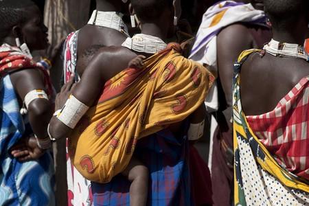 draagdoek: Keniaanse vrouw in tribale kleding  Redactioneel