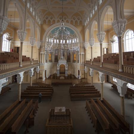 hombre orando: Los interiores de la Gran Sinagoga Coral, San Petersburgo, Rusia