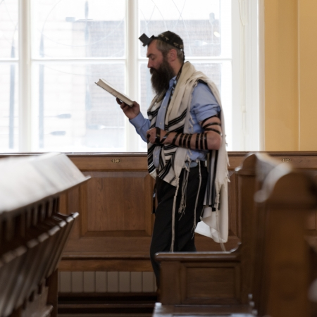 yarmulke: Man reading the Bible in the Grand Choral Synagogue, St. Petersburg, Russia Editorial