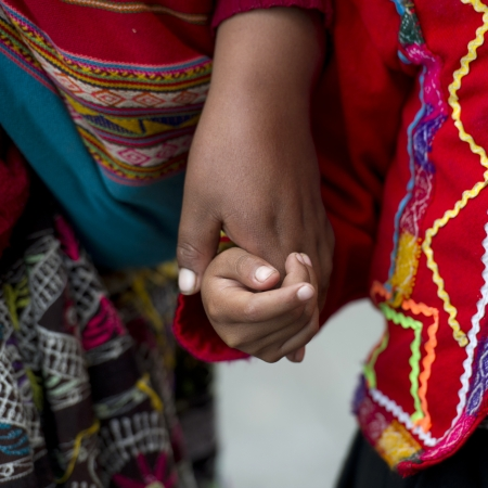 quechua: Woman holding hands of her child, Cuzco, Peru Stock Photo