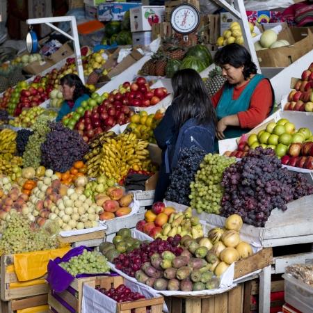 Fruits at a market stall, Mercado Central, Cuzco, Peru 報道画像