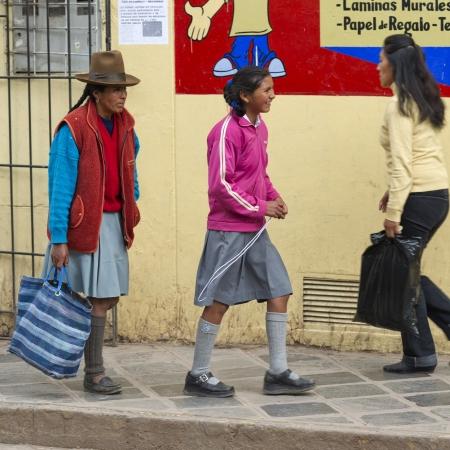 peruvian ethnicity: Personas caminando en una acera, Valle Sagrado, Cusco, Per� Editorial