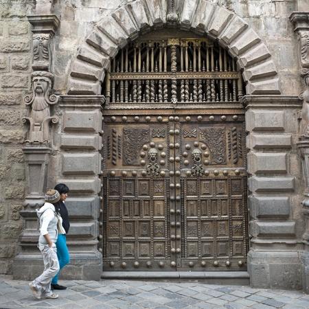 cusco region: Amigos femeninos que pasan por un edificio, Valle Sagrado, Cusco, Per�