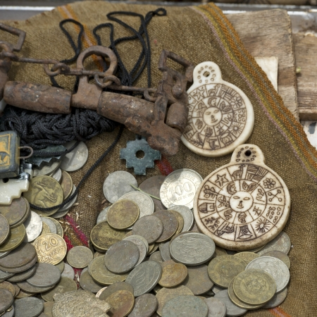 oude munten: Oude munten in een winkel, Chinchero, Heilige Vallei, Cusco Region, Peru