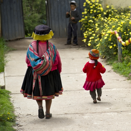 cusco region: Vista trasera de una mujer con su hijo, Escuela Primaria Chumpepoke, Valle Sagrado, Regi�n Cusco, Per�