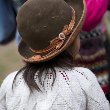 Vue arrière d'une jeune fille portant un chapeau dans une école, Chumpepoke l'école primaire, Vallée Sacrée, Cusco Région, Pérou Banque d'images - 17227794