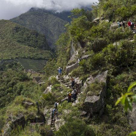 cusco region: Turistas en la ciudad perdida de los incas, Huayna Picchu Mt, Machu Picchu, Cusco, Per� Foto de archivo