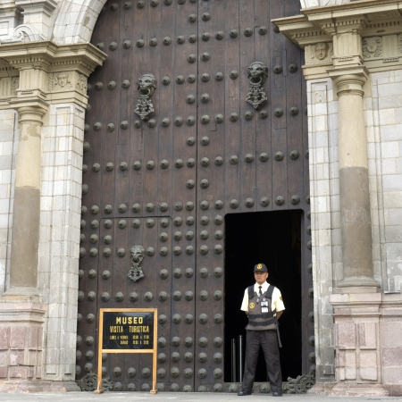 portada: Security guard standing in front of Cathedral Of Lima, Plaza Mayor, Historic Centre of Lima, Lima, Peru