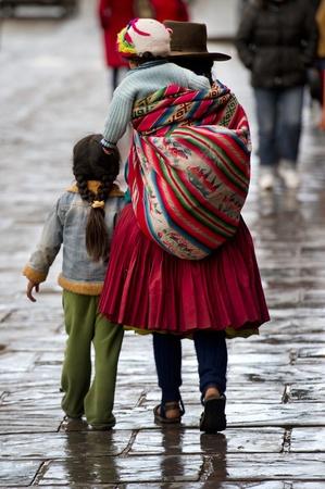 america del sur: Quechua familia caminando en la calle, Cuzco, Perú