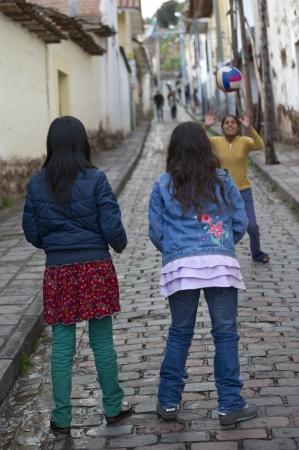 peruvian ethnicity: Ni�os que juegan a voleibol en una calle, Cusco, Per� Editorial