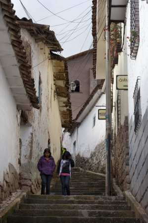 peruvian ethnicity: Mujer amigo bajando un pasillo entr� en Cuzco, Per�