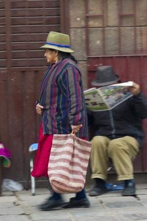 cusco region: Mujer que lleva una maleta y caminar por una calle, Valle Sagrado, Cusco, Per�