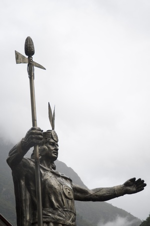 cusco region: �ngulo de visi�n baja de una estatua de Pachacuti, Aguas Calientes, Provincia de Urubamba, Departamento de Cusco, Per�