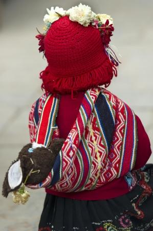 cusco region: Chica caminando en un mercado, Pisac, Valle Sagrado, Cusco, Per�