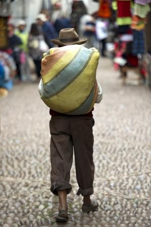 cusco region: Hombre caminando en un mercado, Pisac, Valle Sagrado, Cusco, Per�