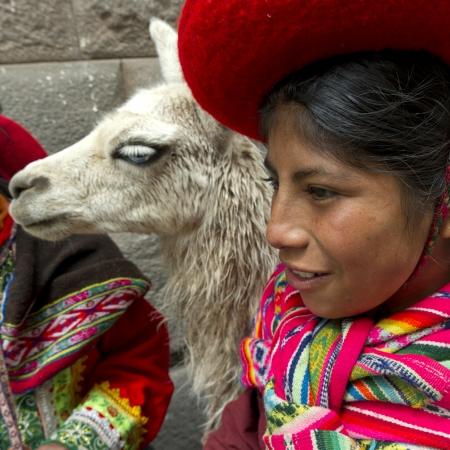 peruvian ethnicity: Primer plano de una chica con una llama (Lama glama), Cusco, Per�