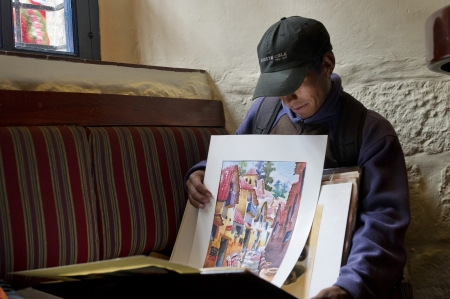 peruvian ethnicity: Artista mostrando sus pinturas, Cusco, Per�